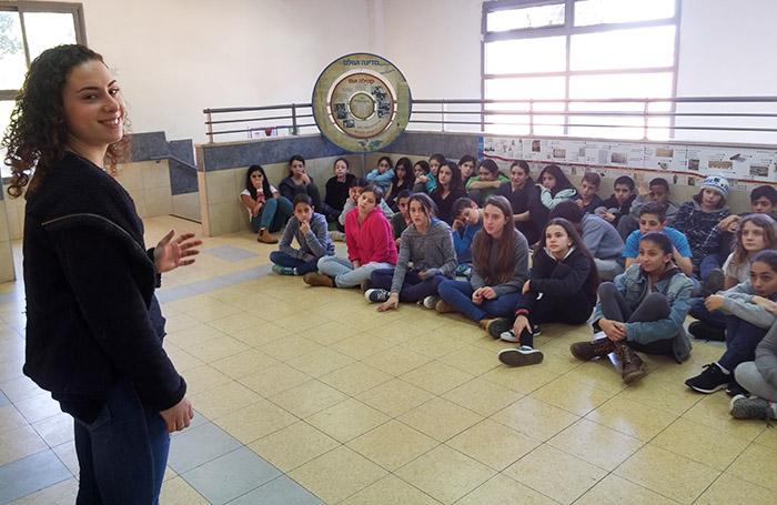 רוני רוזנטל מרצה בפני תלמידי בית הספר נווה נאמן לקראת המבדקים לכיתת הספורט לשנת הלימודים הבאה